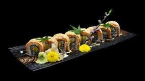 Ρόλος maki σουσιών σολομών σχαρών με την πικάντικη σάλτσα κρέμας Ιαπωνικός ρόλος ψαριών σουσιών Ιαπωνική παράδοση fus Στοκ Εικόνες