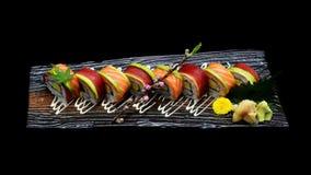 Ρόλος maki σουσιών τόνου και ρόλος maki σουσιών σολομών Ιαπωνικός ρόλος ψαριών σουσιών Ιαπωνική τήξη παράδοσης Στοκ Φωτογραφία