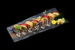 Ρόλος maki σουσιών τόνου και ρόλος maki σουσιών σολομών Ιαπωνικός ρόλος ψαριών σουσιών Ιαπωνική τήξη παράδοσης Στοκ φωτογραφίες με δικαίωμα ελεύθερης χρήσης