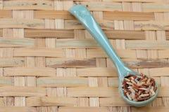 Ρύζια μιγμάτων στο μπλε κουτάλι, στο αλώνισμα του καλαθιού Στοκ εικόνα με δικαίωμα ελεύθερης χρήσης