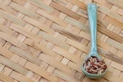 Ρύζια μιγμάτων στο μπλε κουτάλι, στο αλώνισμα του καλαθιού Στοκ Φωτογραφία