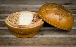 Ρύζια σε ένα ξύλινο κύπελλο Στοκ Εικόνα
