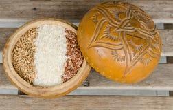 Ρύζια σε ένα ξύλινο κύπελλο Στοκ Εικόνες