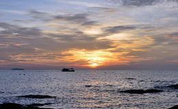 Ρύζι ήλιων στην Ταϊλάνδη με τη βάρκα που αφήνει το λιμάνι Στοκ Φωτογραφία