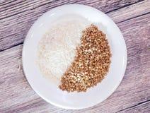 Ρύζι και φαγόπυρο ένα σε ένα άσπρο πιάτο στοκ φωτογραφίες με δικαίωμα ελεύθερης χρήσης