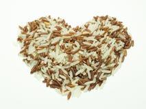 Ρύζι καρδιών καφετί που απομονώνει στο άσπρο υπόβαθρο Στοκ Φωτογραφίες