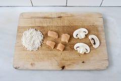 Ρύζι, κοτόπουλο και μανιτάρι στον ξύλινο πίνακα Στοκ Εικόνες