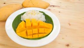 ρύζι μάγκο κολλώδες Ταϊλανδικό επιδόρπιο ύφους, μάγκο με το κολλώδες ρύζι Στοκ Φωτογραφία