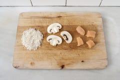 Ρύζι, μανιτάρι και κοτόπουλο στον ξύλινο πίνακα Στοκ Φωτογραφίες