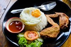 Ρύζι με τα τηγανισμένα φτερά κοτόπουλου και το τηγανισμένο αυγό Στοκ φωτογραφίες με δικαίωμα ελεύθερης χρήσης