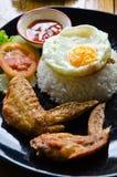 Ρύζι με τα τηγανισμένα φτερά κοτόπουλου και το τηγανισμένο αυγό Στοκ Φωτογραφία