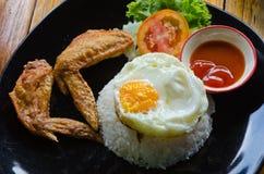 Ρύζι με τα τηγανισμένα φτερά κοτόπουλου και το τηγανισμένο αυγό Στοκ φωτογραφία με δικαίωμα ελεύθερης χρήσης