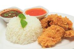 Ρύζι με το τηγανισμένο κοτόπουλο και την ταϊλανδική σάλτσα ύφους και τη σάλτσα τσίλι Στοκ εικόνα με δικαίωμα ελεύθερης χρήσης