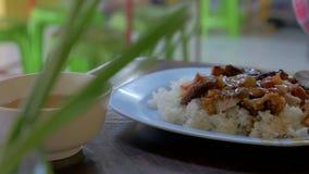 Ρύζι με το ψημένο τριζάτο χοιρινό κρέας  κινεζικά τρόφιμα, ταϊλανδικά τρόφιμα οδών φιλμ μικρού μήκους