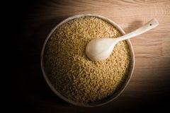 Ρύζι ορυζώνα και ξύλινες κουτάλες στον ξύλινο δίσκο στο ξύλινο υπόβαθρο Στοκ φωτογραφία με δικαίωμα ελεύθερης χρήσης
