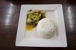 Ρύζι που ολοκληρώνεται με την ανακατώνω-τηγανισμένη άδεια τσίλι και βασιλικού μιγμάτων καβουριών κρέατος Στοκ φωτογραφία με δικαίωμα ελεύθερης χρήσης