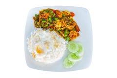 Ρύζι που ολοκληρώνεται με την τηγανισμένη ψυχρή κόλλα με το χοιρινό κρέας και το βασιλικό και seaf Στοκ Εικόνες