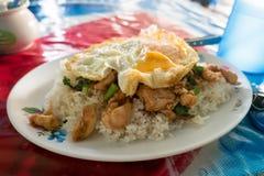 Ρύζι που ολοκληρώνεται με το ανακατώνω-τηγανισμένους κοτόπουλο, το βασιλικό και το αυγό Στοκ Εικόνα