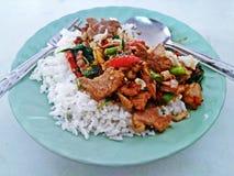 Ρύζι που ολοκληρώνεται με το ανακατώνω-τηγανισμένους χοιρινό κρέας και το βασιλικό Στοκ Εικόνες