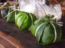 Ρύζι που τυλίγεται κολλώδες στα φύλλα Bon στοκ εικόνα με δικαίωμα ελεύθερης χρήσης