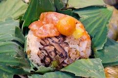 Ρύζι που τυλίγεται στα φύλλα λωτού στοκ φωτογραφία