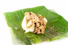 Ρύζι ραβδιών με το χοιρινό κρέας που τυλίγεται στα φύλλα μπανανών Στοκ εικόνα με δικαίωμα ελεύθερης χρήσης