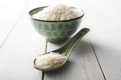 Ρύζι σε ένα κινεζικές πράσινες κύπελλο και μια σέσουλα Στοκ εικόνες με δικαίωμα ελεύθερης χρήσης