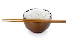 Ρύζι στο κύπελλο και chopsticks στο άσπρο υπόβαθρο Στοκ φωτογραφίες με δικαίωμα ελεύθερης χρήσης