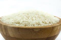 Ρύζι στο κύπελλο στο απομονωμένο άσπρο υπόβαθρο Στοκ Εικόνες