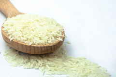Ρύζι στο ξύλινο κουτάλι στο απομονωμένο άσπρο υπόβαθρο Στοκ Φωτογραφία