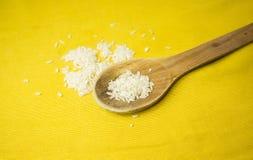 Ρύζι στο ξύλινο κουτάλι στοκ εικόνα με δικαίωμα ελεύθερης χρήσης