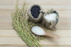Ρύζι στο ξύλινο υπόβαθρο Στοκ φωτογραφία με δικαίωμα ελεύθερης χρήσης