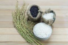 Ρύζι στο ξύλινο υπόβαθρο Στοκ εικόνες με δικαίωμα ελεύθερης χρήσης