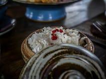 Ρύζι στο πιάτο τερακότας στοκ φωτογραφία