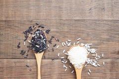 Ρύζι της Jasmine και καφετί ρύζι στο ξύλινο κουτάλι, ρύζι ή γεωργία Στοκ εικόνες με δικαίωμα ελεύθερης χρήσης