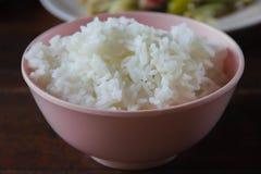 Ρύζι της Jasmine που μαγειρεύεται σε ένα φλυτζάνι Στοκ Φωτογραφία