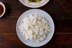 Ρύζι της Jasmine που μαγειρεύεται σε ένα φλυτζάνι Στοκ Εικόνα