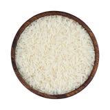 Ρύζι της Jasmine στο ξύλινο κύπελλο που απομονώνεται στο άσπρο υπόβαθρο Τοπ όψη Στοκ Φωτογραφίες