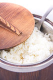 Ρύζι της Jasmine στο ξύλινο κύπελλο Στοκ φωτογραφία με δικαίωμα ελεύθερης χρήσης
