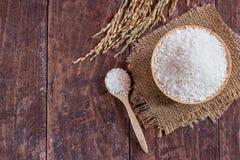 Ρύζι της Jasmine στο ρύζι κύπελλων και ορυζώνα στον παλαιό ξύλινο πίνακα Στοκ Φωτογραφία