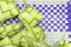Ρύζι Ketupat ή μπουλεττών Ένα ρύζι είναι μάγειρας στο φυσικό περίβλημα που γίνεται από τα νέα φύλλα καρύδων Στοκ εικόνα με δικαίωμα ελεύθερης χρήσης
