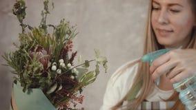 Ρύθμιση ανθοδεσμών λουλουδιών ποτίσματος ανθοκόμων απόθεμα βίντεο