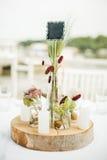 Ρύθμιση ανθοδεσμών γαμήλιων διακοσμητική floral λουλουδιών στο tabl Στοκ Εικόνες