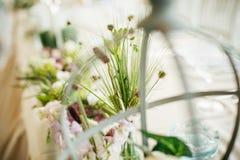 Ρύθμιση ανθοδεσμών γαμήλιων διακοσμητική floral λουλουδιών στο tabl Στοκ εικόνες με δικαίωμα ελεύθερης χρήσης