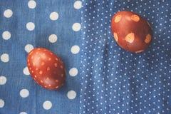 Ρύθμιση αυγών Πάσχας με το σχέδιο στα materijals blu Στοκ Εικόνες