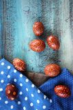 Ρύθμιση αυγών Πάσχας με το σχέδιο στο παλαιά γραφείο και τα materijals Στοκ φωτογραφία με δικαίωμα ελεύθερης χρήσης