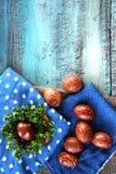 Ρύθμιση αυγών Πάσχας με το σχέδιο στο παλαιά γραφείο και τα materijals Στοκ Εικόνες