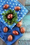 Ρύθμιση αυγών Πάσχας στη γιούτα και το μπλε γραφείο Στοκ Εικόνες