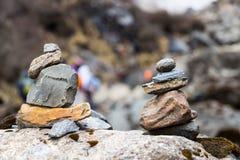 Ρύθμιση βράχου της Zen που μιμείται το Stupa κατά μήκος του ίχνους πεζοπορίας στα βουνά Annapurna, Νεπάλ Στοκ Φωτογραφίες
