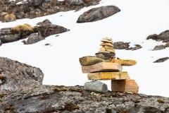 Ρύθμιση βράχου της Zen που μιμείται το Stupa κατά μήκος του ίχνους πεζοπορίας στα βουνά Annapurna, Νεπάλ Στοκ Εικόνα